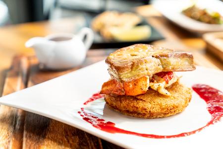 Foie gras con aragosta e salsa di lamponi sulla piastra