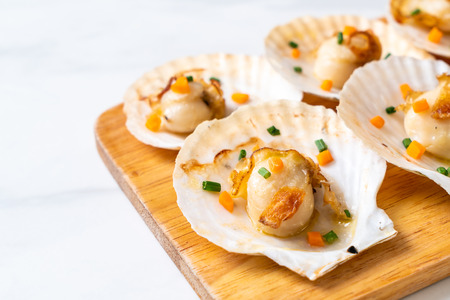 grilled scallops shell with butter and garlic Archivio Fotografico - 104830745