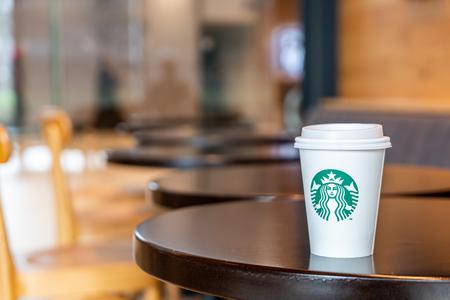 BANGKOK, Thailandia - 29 giugno 2018: Starbucks caffè bevanda calda con supporto sul tavolo nella caffetteria Starbuck.