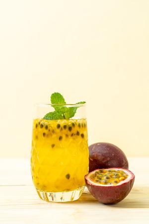vers en ijskoud passievruchtensap - gezonde drank Stockfoto
