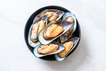 fresh mussel on black bowl 免版税图像 - 106341639