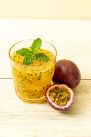vers en ijskoud passievruchtensap - gezonde drank