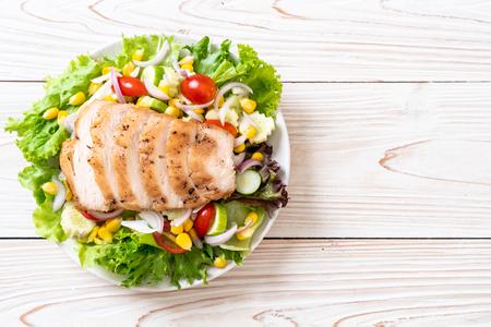 Healthy salad bowl with chicken - healthy food style Foto de archivo