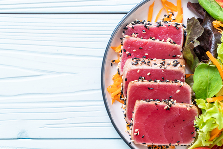 fresh tuna raw with vegetable salad - healthy food Imagens