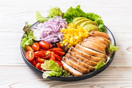 Ensaladera saludable con pollo - estilo de comida saludable Foto de archivo