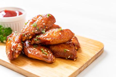 ali di pollo barbecue al forno con sesamo bianco