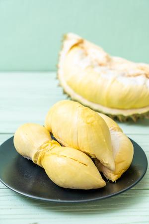 Frutta fresca Durian su uno sfondo di legno Archivio Fotografico