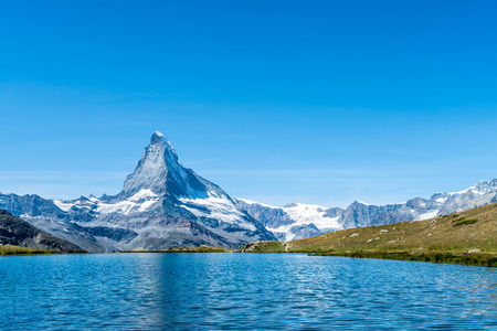 Matterhorn with Stellisee Lake in Zermatt, Switzerland Imagens