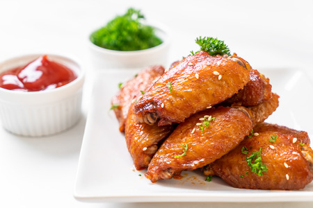 baked barbecue chicken wings with white sesame 免版税图像 - 110328685