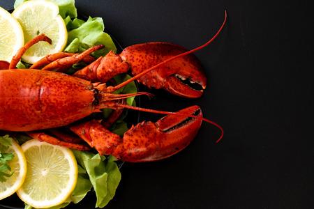 freshly boiled lobster with vegetable and lemon Banque d'images