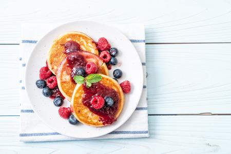 souffle pancake with fresh raspberries and blueberries Stockfoto