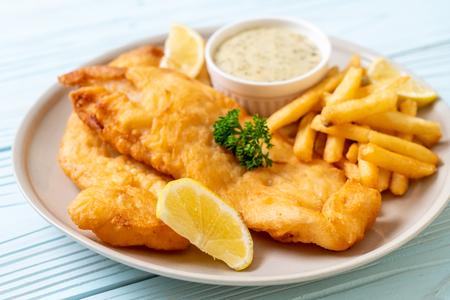 pescado y patatas fritas con patatas fritas - comida poco saludable Foto de archivo