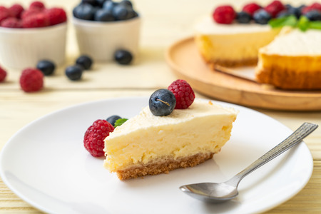 Homemade cheesecake with fresh raspberries and blueberries Reklamní fotografie