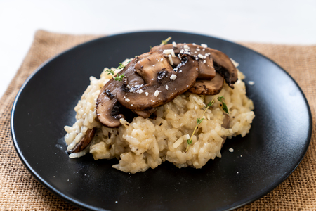 Homemade risotto with mushroom and cheese 免版税图像 - 110986919