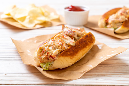 homemade lobster roll with potato chips 免版税图像 - 111046902