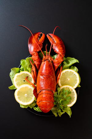 freshly boiled lobster with vegetable and lemon Standard-Bild