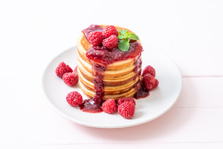 pancake with fresh raspberries and raspberry sauce Foto de archivo