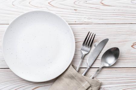 forchetta e coltello cucchiaio piatto vuoto sul tavolo Archivio Fotografico