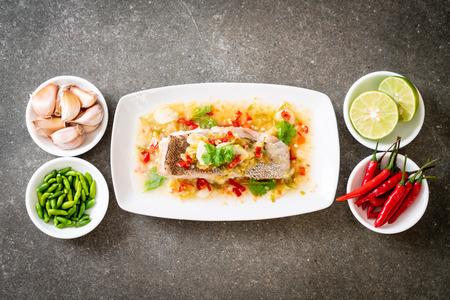 Filet de mérou cuit à la vapeur avec sauce chili et lime dans une vinaigrette à la lime - cuisine asiatique