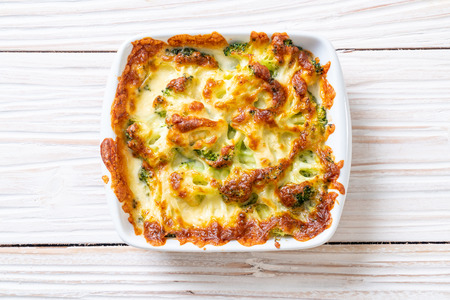 baked cauliflower and broccoli gratin with cheese Banco de Imagens - 111780920