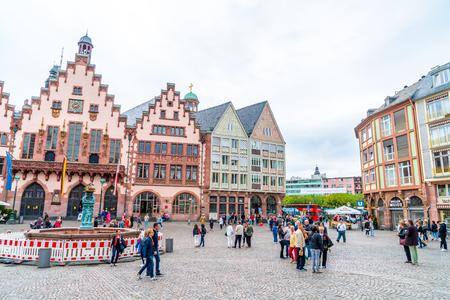 FRANKFURT, DEUTSCHLAND - 2. SEPTEMBER 2018: Leute auf Roemerbergplatz in Frankfurt, Deutschland. Frankfurt ist die fünftgrößte Stadt Deutschlands. Editorial