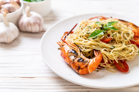 stir-fried spaghetti with grilled shrimps and tomatoes - Italian fusion food style 版權商用圖片