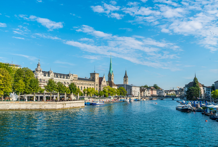 Zurich city center with famous Fraumunster and Grossmunster Churches and river Limmat at Zurich Lake 免版税图像 - 112089453