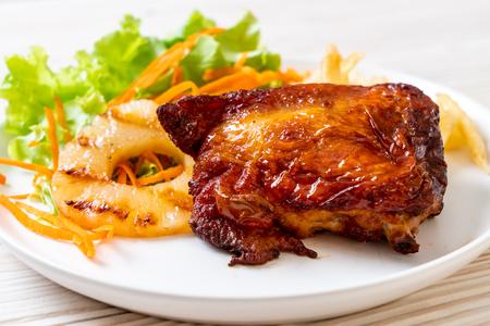 Filete de pollo a la plancha con verduras y patatas fritas