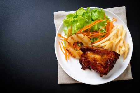 grilled chicken steak with vegetable and french fries 免版税图像