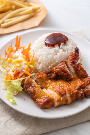 grilled chicken with teriyaki sauce and rice and salad Stockfoto