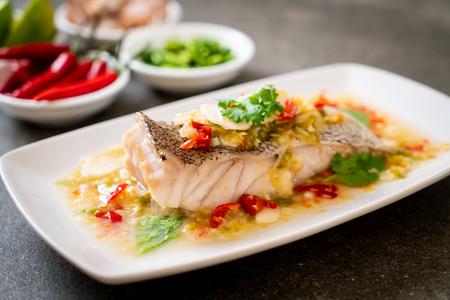 Gestoomde tandbaars visfilet met chili limoensaus in limoendressing - Aziatisch eten