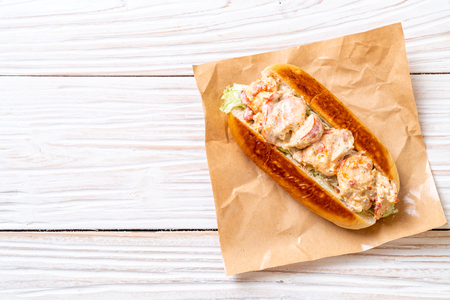 homemade lobster roll with potato chips Standard-Bild - 113227882