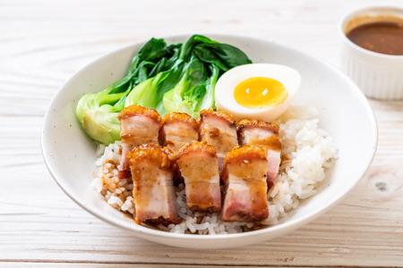knuspriger Schweinebauch auf belegtem Reis - asiatische Küche Standard-Bild