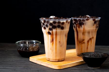Té con leche de Taiwán con burbuja sobre fondo de madera Foto de archivo
