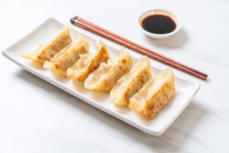 Japanischer Gyoza oder Knödelsnack mit Sojasauce Standard-Bild