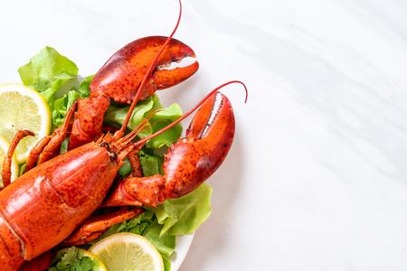 freshly boiled lobster with vegetable and lemon 版權商用圖片