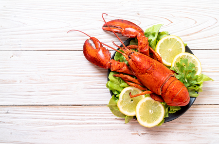 freshly boiled lobster with vegetable and lemon Stockfoto