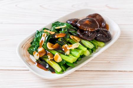 Hong Kong Kale sauté dans une sauce aux huîtres à l'ail
