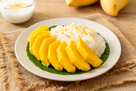 mango with sticky rice -  popular traditional dessert of Thailand 스톡 콘텐츠