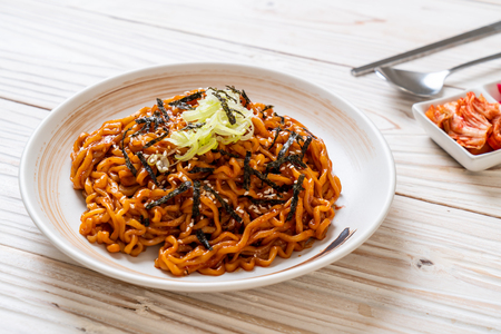 Nouilles instantanées coréennes chaudes et épicées avec kimchi - style de cuisine coréenne