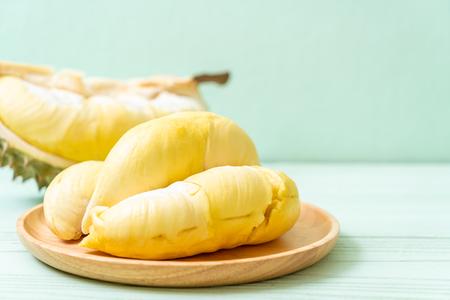 Fruta Durian fresca sobre fondo de madera