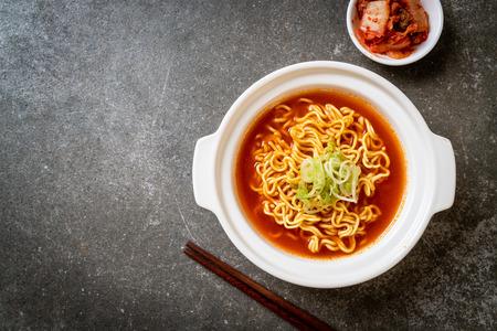 koreanische scharfe Instantnudeln mit Kimchi - koreanische Küche