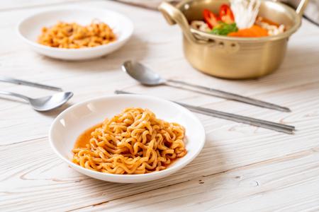 korean instant noodles in golden pot - korean food style Standard-Bild - 117887050