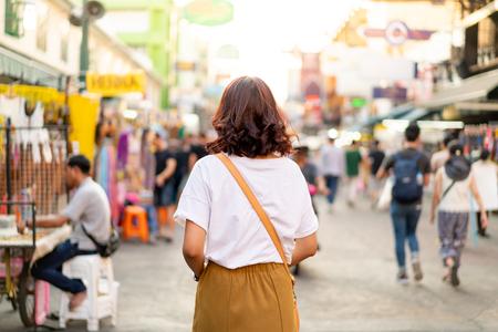 Gelukkige en mooie Aziatische vrouw die op Khao Sarn Road in Thailand reist