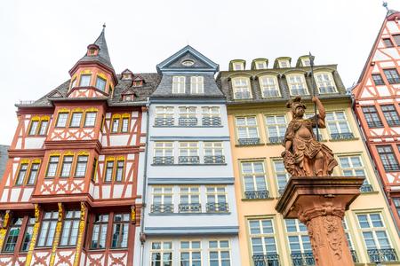 schöner Altstädter Ring Romerberg mit Justitia-Statue in Frankfurt Deutschland