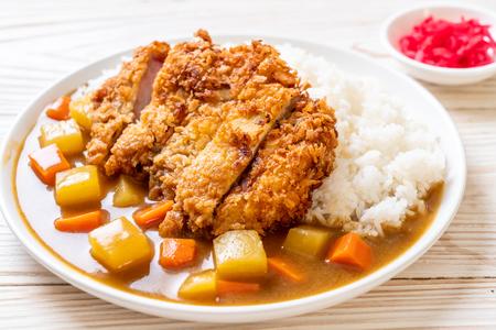 Chuleta de cerdo frita crujiente con curry y arroz - estilo de comida japonesa