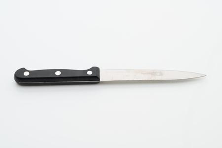 Utensilio cuchillo aislado sobre fondo blanco.
