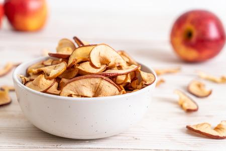 Zelfgemaakte gedroogde biologische appel gesneden op hout achtergrond Stockfoto