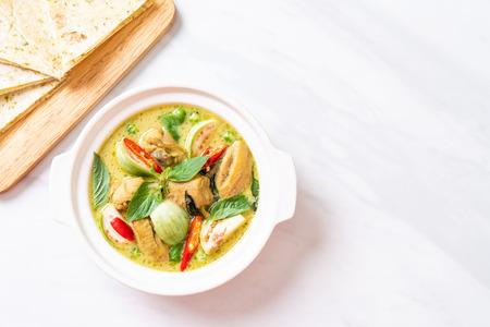 Roti und grünes Curry mit Huhn Standard-Bild
