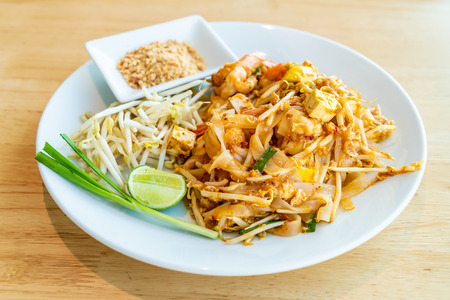 Thai Fried Rice Noodle With Prawns and Shrimps (Pad Thai Gung Sod) - Thai Food Style Imagens
